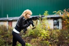 Славная девушка с оружиями Стоковые Изображения RF