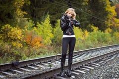 Славная девушка с оружиями Стоковое Фото