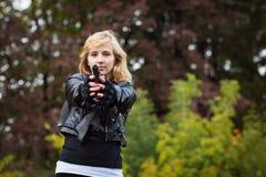 Славная девушка с оружиями Стоковые Изображения