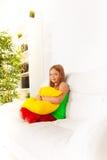 Славная девушка с подушкой Стоковая Фотография
