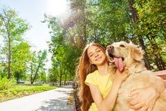 Славная девушка с смешным портретом собаки retriever Стоковая Фотография