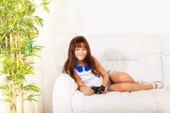 Славная девушка с управлением видеоигры Стоковая Фотография