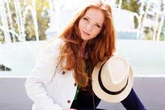 Славная девушка redhead в парке осени Стоковое фото RF