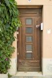 Славная деревянная дверь в районе Camargue, Провансаль, Франция Стоковое фото RF
