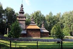 Славная деревянная церковь в деревне западной Украины Стоковое фото RF