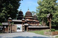 Славная деревянная церковь в деревне западной Украины Стоковые Фотографии RF