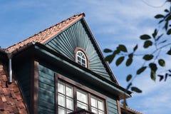 Славная деталь некоторого старого деревянного дома в Zverynas, Вильнюсе, Lithu стоковые изображения
