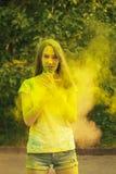Славная женщина брюнет с взрывать сухой порошок стоковое фото rf