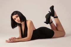 Славная женщина в черном платье Стоковое Изображение RF