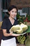 Славная женщина держа поднос дуриана Стоковое Изображение