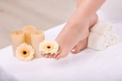 Славная женщина имея обработку ноги Стоковые Изображения