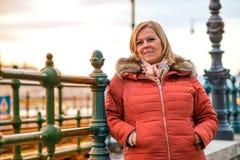 Славная женщина на улице Стоковое Изображение RF