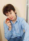 Славная женщина с яблоком Стоковые Изображения RF