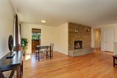 Славная живущая комната в голубых и коричневых цветах с каменным камином плитки Стоковая Фотография