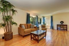 Славная живущая комната в голубых и коричневых цветах с паркетом Стоковые Фото