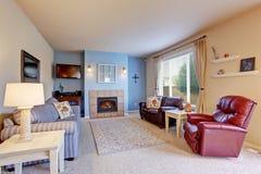 Славная живущая комната с голубыми стенами и ковром Стоковое Фото