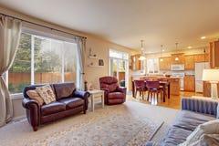 Славная живущая комната с голубыми стенами и ковром Стоковые Фотографии RF