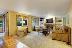 Славная живущая комната с камином Стоковые Изображения RF