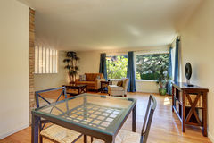 Славная живущая комната с комплектом обеденного стола Стоковое Изображение