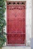Славная красная дверь в районе Camargue, Провансаль, Франция Стоковое Фото