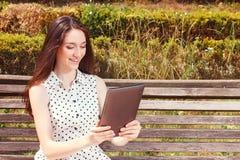 Славная маленькая девочка держа компьтер-книжку Стоковое фото RF