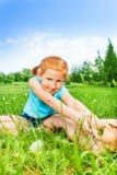 Славная маленькая девочка делая гимнастику Стоковые Изображения