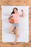 Славная молодая женщина спать на кровати Стоковые Изображения RF