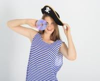 Славная молодая женщина с компактным диском пирата или диском dvd Стоковые Изображения