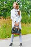 Славная молодая женщина с сумкой стоковые фото
