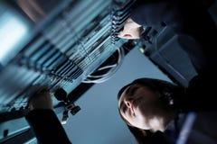 Славная приятная женщина стоя около сетевого сервера стоковые изображения