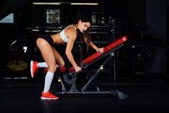 Славная разминка женщины на стенде с гантелью в спортзале Стоковая Фотография RF