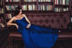 Славная смотря беременная женщина в длинном платье Концепция счастливой беременности Стоковые Изображения RF