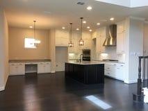Славная современная кухня нового дома стоковое изображение rf