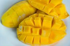 Славная съемка манго на плите стоковое изображение