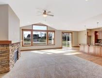 Славная unfurnished живущая комната с ковром Стоковые Фотографии RF