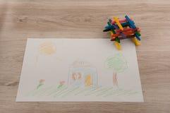 Славное изображение дома и красочных карандашей на таблице Стоковые Изображения RF