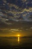 Славное небо захода солнца с облаками на острове Sichang стоковая фотография