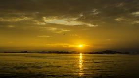 Славное небо захода солнца с облаками на острове Sichang стоковые изображения rf