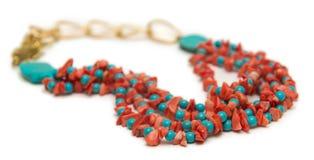Славное ожерелье при красные шарики изолированные на белой предпосылке Стоковая Фотография RF
