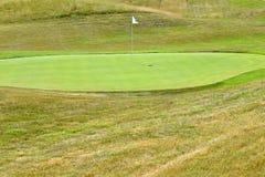 Славное поле для гольфа на солнечный летний день Отверстие с флагом Популярный внешний спорт стоковые изображения