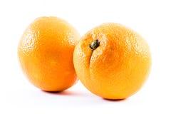 2 славно покрашенных апельсина на белой предпосылке - противостойте и подпирайте рядом друг с другом Стоковое Изображение RF