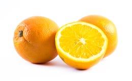 3 славно покрашенных апельсина на белой предпосылке - фронт и задняя часть отрезали в половине Стоковые Изображения