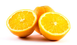 3 славно покрашенных апельсина на белой предпосылке - фронт и задняя часть отрезали в половине Стоковое Фото