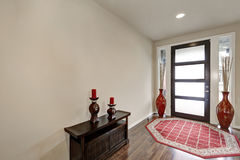 Славно украшенный Entryway в новом доме Стоковая Фотография