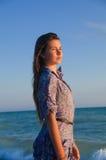 Славные девушка и дыхание моря Стоковые Изображения RF
