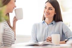 Славные девушки выпивая чай Стоковая Фотография RF