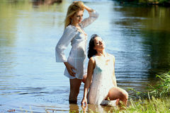 Славные девушки на реке Стоковое Фото