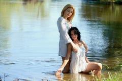 Славные девушки на реке Стоковая Фотография RF