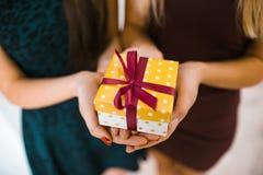 Славные девушки с покрашенным подарком Стоковое Изображение