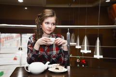 Славные женщины в чае рубашки шотландки выпивая в кафе Стоковая Фотография RF